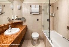 /imageLibrary/Images/4686 london heathrow airport radisson hotel bathroom