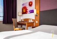 /imageLibrary/Images/5936 airport hotel premier inn example desk