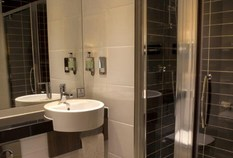 /imageLibrary/Images/83250 edinburgh holiday inn express bathroom 4