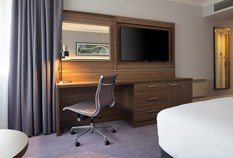/imageLibrary/Images/edinburgh airport doubletree hilton standard room desk