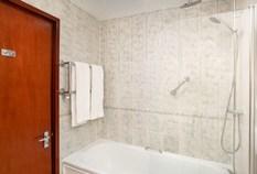 /imageLibrary/Images/gatwick copthorne effingham standard bathroom shower