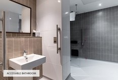 /imageLibrary/Images/5887 london gatwick hilton accessible bathroom