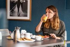 /imageLibrary/Images/5887 london gatwick hilton hotel restaurant eating breakfast